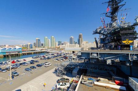 eingeschifft: Das historische Flugzeugtr�ger USS Midway Museum in Broadway Pier in Downtown San Diego, S�dkalifornien, Vereinigte Staaten von Amerika und die Skyline der Anker Ein Schlachtschiff nach dem Zweiten Weltkrieg in Auftrag