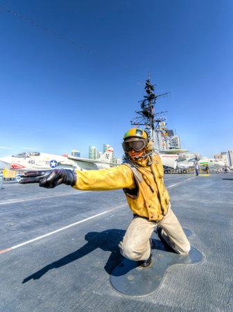 eingeschifft: Eine Statue des Director Flight Deck, Katapult-Offizier, Signal-Flugzeuge in Position auf der Steuerbordkatapult, in Vorbereitung f�r den Start auf dem historischen USS Midway Museum in San Diego, Kalifornien, Vereinigte Staaten von Amerika