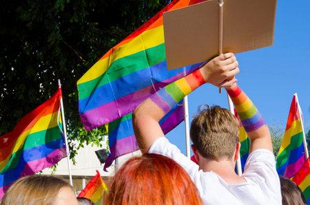 lesbianas: El primer desfile del Orgullo Gay en Chipre para celebrar LGBT, lesbianas, gays, bisexuales y transexuales. Un hombre con las manos levantadas y arco iris de colores del arco iris ondeando banderas alrededor de Plateia Eleuthereias en Nicosia.