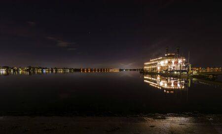 Nacht uitzicht van een authentieke, vintage, Amerikaanse rivierboot met twee schoorstenen die lijkt op de stoomboten die in de jaren 1800 in de Mississippi rivier. Een weergave van Mission Bay en de pier in San Diego, zuidelijk Californië, USA.