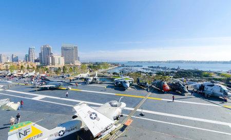 eingeschifft: Das historische Flugzeugtr�ger USS Midway Museum in Broadway Pier in Downtown San Diego, S�dkalifornien, Vereinigte Staaten von Amerika und die Skyline vert�ut. Ein Schlachtschiff in Auftrag nach dem Zweiten Weltkrieg.