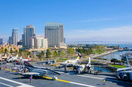 eingeschifft: Der historic aircraft carrier, USS Midway Museum in Broadway Pier in Downtown San Diego, Southern California, United States von America und dem skyline moored. Ein Schlachtschiff nach dem Zweiten Weltkrieg in Auftrag gegeben.