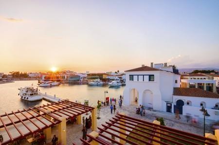 キプロスのリマソル市内の美しいマリーナ。遊歩道は非常に近代的なハイエンドとヨットが係留されていたウォーターに最適です新しく開発された