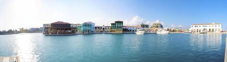 La bella Marina a Limassol a Cipro. Un termine molto moderno, alto e zona di recente sviluppo dove gli yacht sono ormeggiati ed è perfetto per una passeggiata sul lungomare. Una vista panoramica della zona commerciale al tramonto.