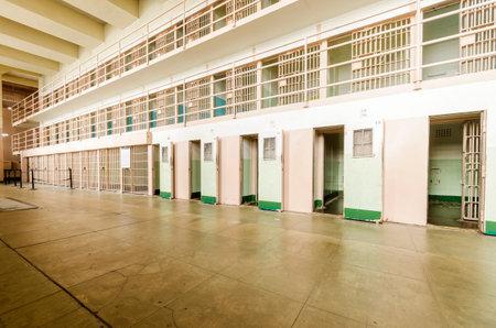 gefangener: Die Gefängniszellen in der Justizvollzugsanstalt cellhouse auf Alcatraz Insel, heute ein Museum, in San Francisco, Kalifornien, USA. Ein Blick auf Block D, wo die Gefangenen in Einzelhaft gehalten. Editorial