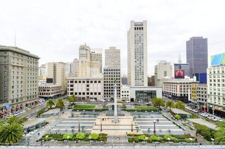 A vista do dia da Union Square, no centro de San Francisco, Califórnia, Estados Unidos. Um marco da área com uma coluna de uma estátua da Vitória segurando um tridente em cima, no coração do centro da cidade. Imagens