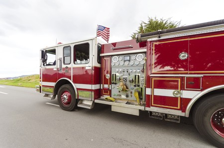 Eine amerikanische Feuerwehr-LKW in der Antwort, in San Francisco, Kalifornien, Vereinigte Staaten von Amerika.