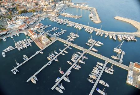 Vue aérienne de la belle Marina dans la ville de Limassol à Chypre, la plage, les bateaux, les quais, villas, zone commerciale, vieux port (palio limani) et Molos. A, haut de gamme très moderne et de l'espace nouvellement développé où les yachts sont amarrés et il est parfait pour un Waterfron