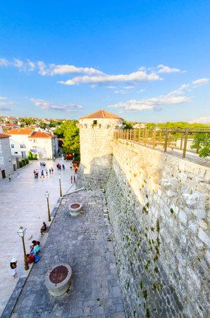 winged lion: La torre redonda veneciana del castillo de Frankopan y la plaza Kamplin en Krk, Croacia - Frankopanski Kastel, parte de las murallas de la ciudad medieval y ahora paseo marítimo.