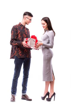 dar un regalo: Happy young hipster couple with present isolated on a white background. Happy man give a gift to his girlfriend. Holiday .