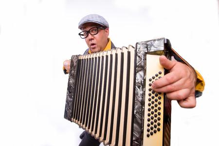acordeon: Hombre juego artista cantante en el acordeón en el fondo blanco