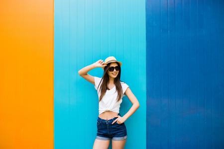 Junges Mädchen gegen Farbwand backgroung