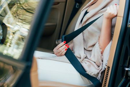 cinturon de seguridad: Mujer acústico de cinturones en un coche Foto de archivo