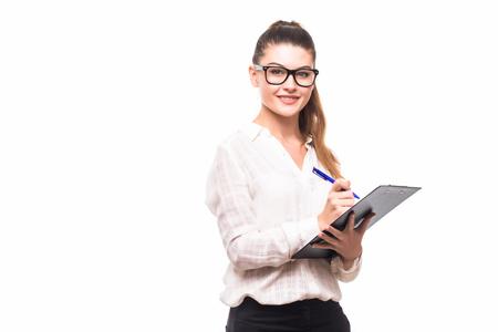 白い背景に分離された彼女のクリップボードにノートを取って美しいビジネス女性
