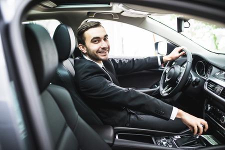 전송, 출장, 목적지 및 사람들이 개념 - 자동차 운전하는 양복에 젊은 남자의 닫습니다