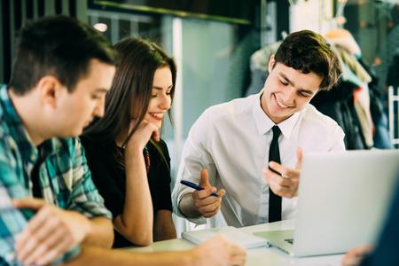スタートアップ多様性チームワーク ブレーンストーミング会議コンセプト。計画を働く人々 が起動します。カフェで議論する若い人々 をグループ