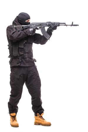 白い背景の上の武器でテロリスト