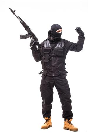 SWAT-officier met aanvalsgeweer in zwarte uniform geïsoleerd op witte achtergrond