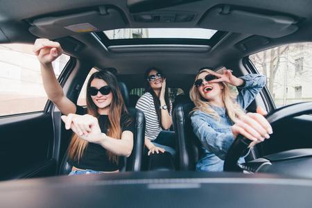 컨버터블 자동차로 운전하고 재미있는 세 소녀 스톡 콘텐츠