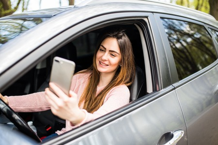 woman hand holding smartphone on window car Standard-Bild