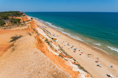 Cliffs at praia de falesia algarve portugal 版權商用圖片