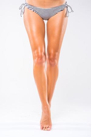 흰색으로 격리 아픈 다리를 누른 채 여자