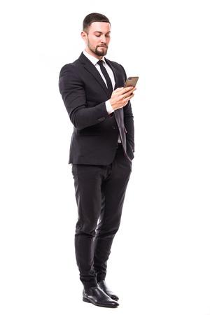 若い生やしたビジネスのスマート フォン タッチ スクリーンにメッセージを入力します。