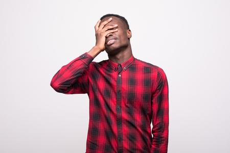 不幸な動揺男、深く、考える悲しい思慮深い若いビジネス人のポートレート、クローズ アップの頭の上の手のミスに悩まされて目を閉じた