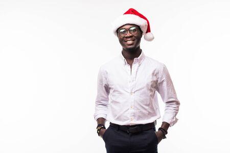 Afroamerikanermann mit großem Lächeln in Sankt-Hut im Studio getrennt auf Weiß