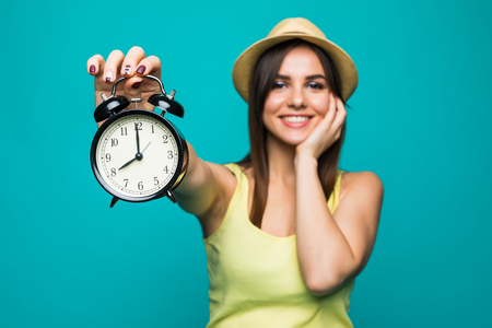 puntualidad: Smiling Business woman holding alarm watch. Isolated portrait.