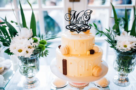 Mesa de decoración de boda en el jardín, arreglo floral, en el estilo vintage en exteriores. Pastel de boda con flores. Mesa decorada con flores, servida para dos personas. Foto de archivo - 91809540