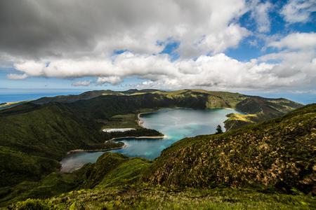 Feuersee Lagoa do Fogo im Krater des Vulkans Pico do Fogo auf der Insel Sao Miguel. Sao Miguel ist Teil des Azoren-Archipels im Atlantischen Ozean. Standard-Bild
