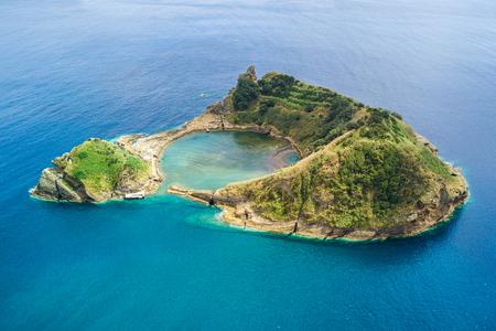 Die Draufsicht der Insel Vila Franca do Campo wird durch den Krater eines Unterwasservulkans in der Nähe der Insel San Miguel, Azoren-Archipel, Portugal, gebildet. Standard-Bild