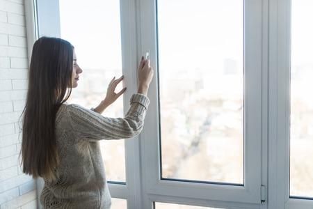 Femme ouvrant une nouvelle fenêtre moderne, vue rapprochée