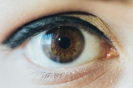 Foto ravvicinata di occhi marroni di un giovane uomo