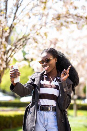 schöne afrikanische junge frau selfie in der stadt Standard-Bild