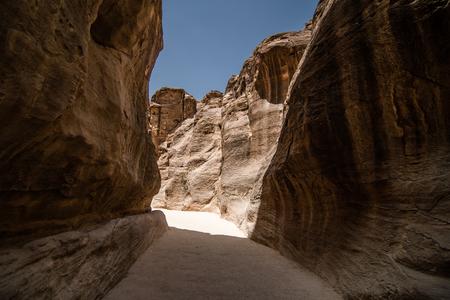 PETRA, JORDAN - 2019: Tourists on the way to the city of Petra in Jordan 写真素材 - 129476279