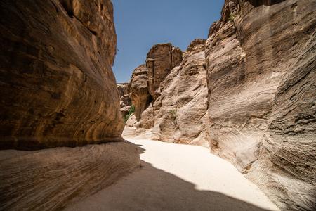 PETRA, JORDAN - 2019: Tourists on the way to the city of Petra in Jordan 写真素材 - 129476280