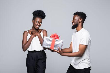 Homme offrant un cadeau à une femme pour son anniversaire Banque d'images