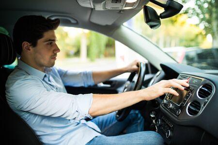 drückt den Not-Aus-Taster im Auto Standard-Bild