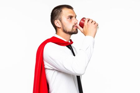 Geschäftsmann gekleidet wie Superheld, der Kaffee trinkt