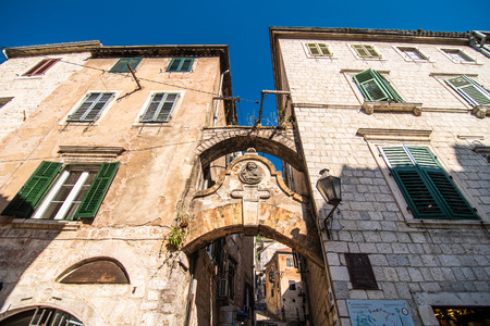 KOTOR, MONTENEGRO - JULY 2019: View on a small square in old town in Kotor, Montenegro. Kotor is town on coast of Montenegro on the Bay of Kotor 写真素材 - 134698764