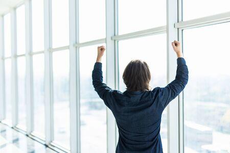 Increíble alegría del empresario. Gerente feliz al lado de la ventana de la oficina. Piense en el premio mayor.