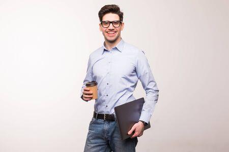 Geschäftsmann mit Brille und Anzug, Laptop und Tasse Kaffee haltend, stehend und isoliert auf weißem Hintergrund suchend