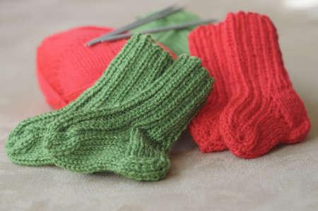 bébé tricoté chaussettes en rouge et vert Banque d'images - 8252709