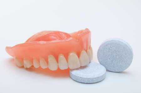 dientes sucios: Primer plano de la dentadura con limpieza de Tablet PC Foto de archivo