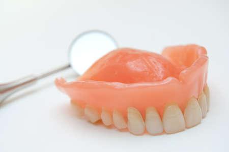dientes sucios: Pr�tesis dentales con un espejo en segundo plano Foto de archivo
