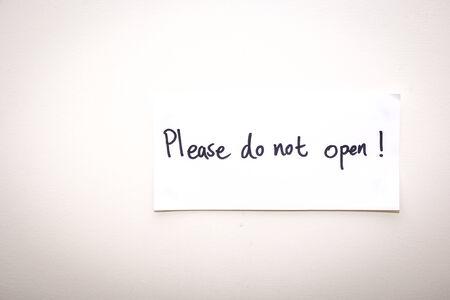 not open: il segnale di avvertimento bianco dice che prega di non aprire Archivio Fotografico