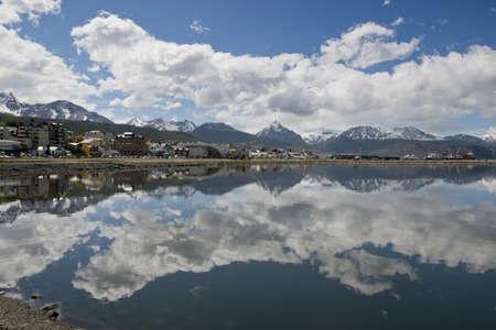 specular: La reflexi�n especular del paisaje urbano de Ushuaia, en Tierra del Fuego, Argentina