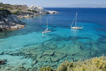 Les couleurs merveilleuses de la mer à cala spinosa, une baie de Capo Testa, en Gallura
